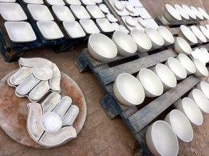 Ceramica blanca en medio del barro